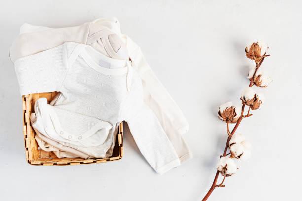 かわいい新生児の服。オーガニックコットンベビーアパレルモックアップ。フラットレイ、トップビュー - 乳児用衣類 ストックフォトと画像