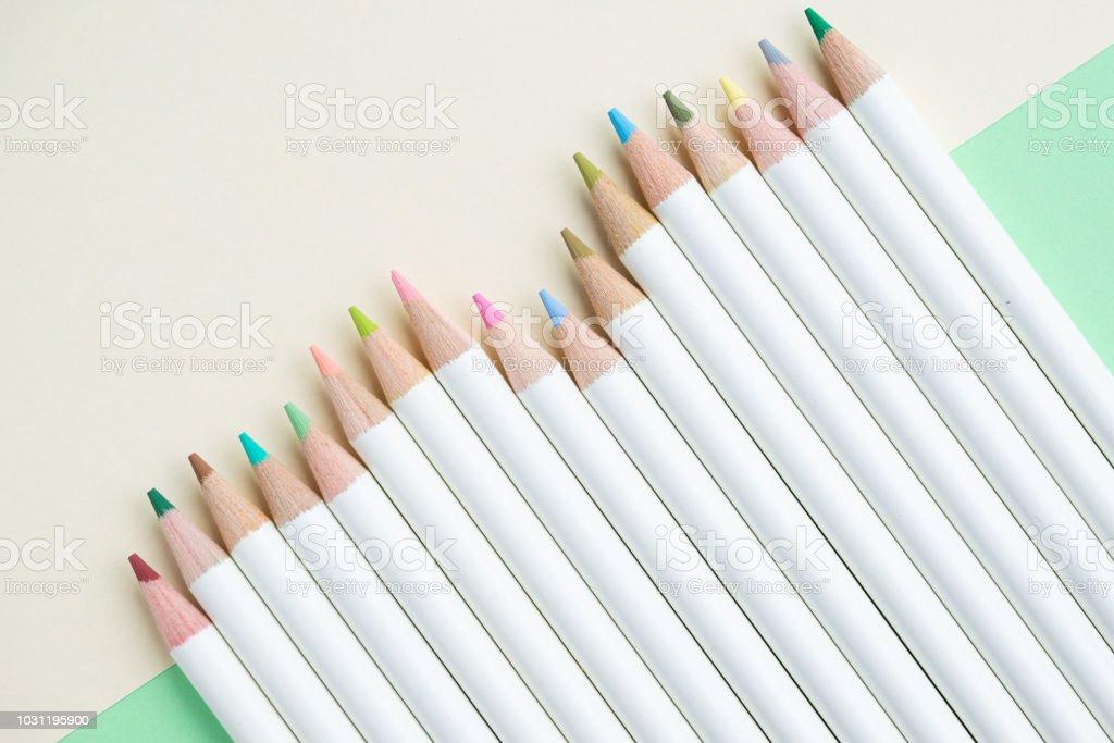 Photo Libre De Droit De Crayons De Couleur Pâle Mignon Sur Fond De Papier Blanc Pastel Vert Et Ivoire Avec Copie Espace Utilisant Comme Adulte Ou