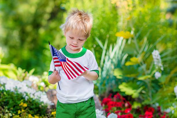 Süße nachdenklich kleiner Junge mit blonden Haaren, die amerikanische Flagge – Foto