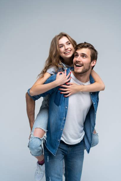 Nettes Porträt des Paares. Guy rollt ein Mädchen auf den Rücken. – Foto