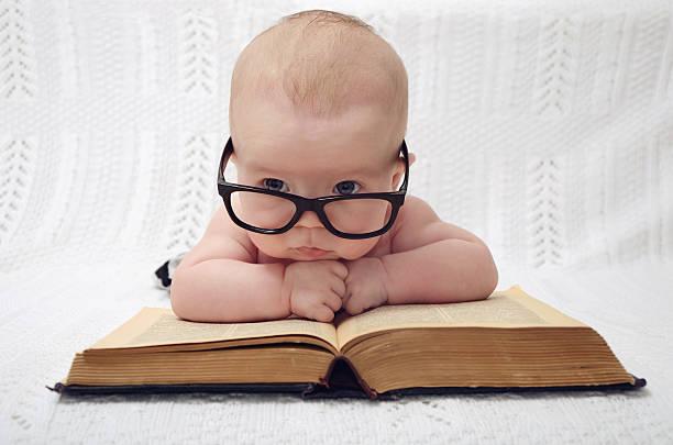 süße professor baby - humor bücher stock-fotos und bilder