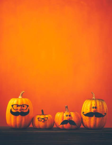 niedliche kürbis halloween-figuren auf hellen orange hintergrund - cartoon kostüme stock-fotos und bilder