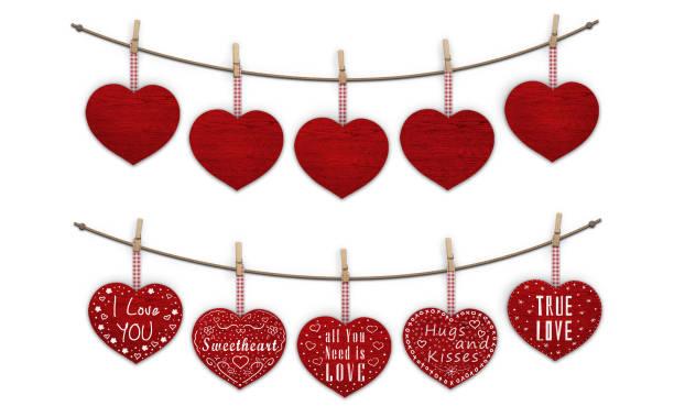 süße rote holzherzen hängen, wäscheklammern, leer und dekoriert mit text ich liebe dich - kusszitate stock-fotos und bilder