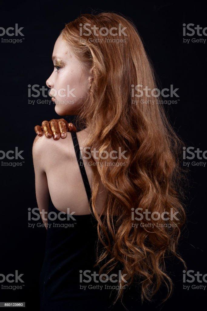 Modelo adolescente ruiva bonita com maquiagem brilhante e colorido glitter e brilhos no rosto e corpo. - foto de acervo