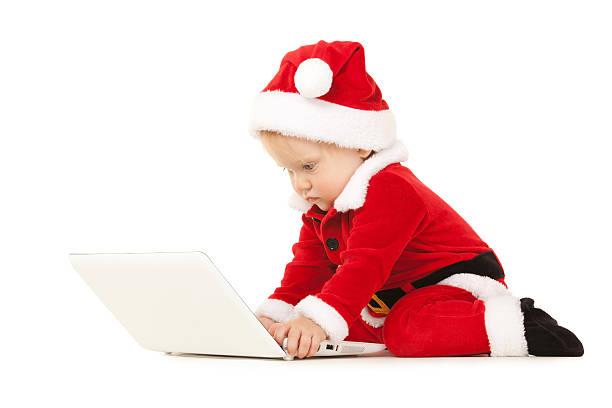 Süße santa baby mit laptop auf dem weißen Hintergrund – Foto