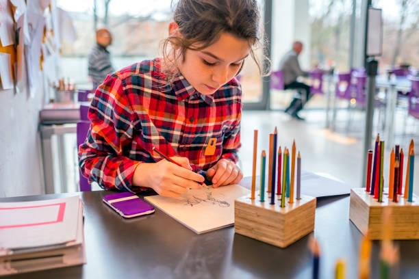 연필 그리는 귀여운 여 학생. - kids drawing 뉴스 사진 이미지