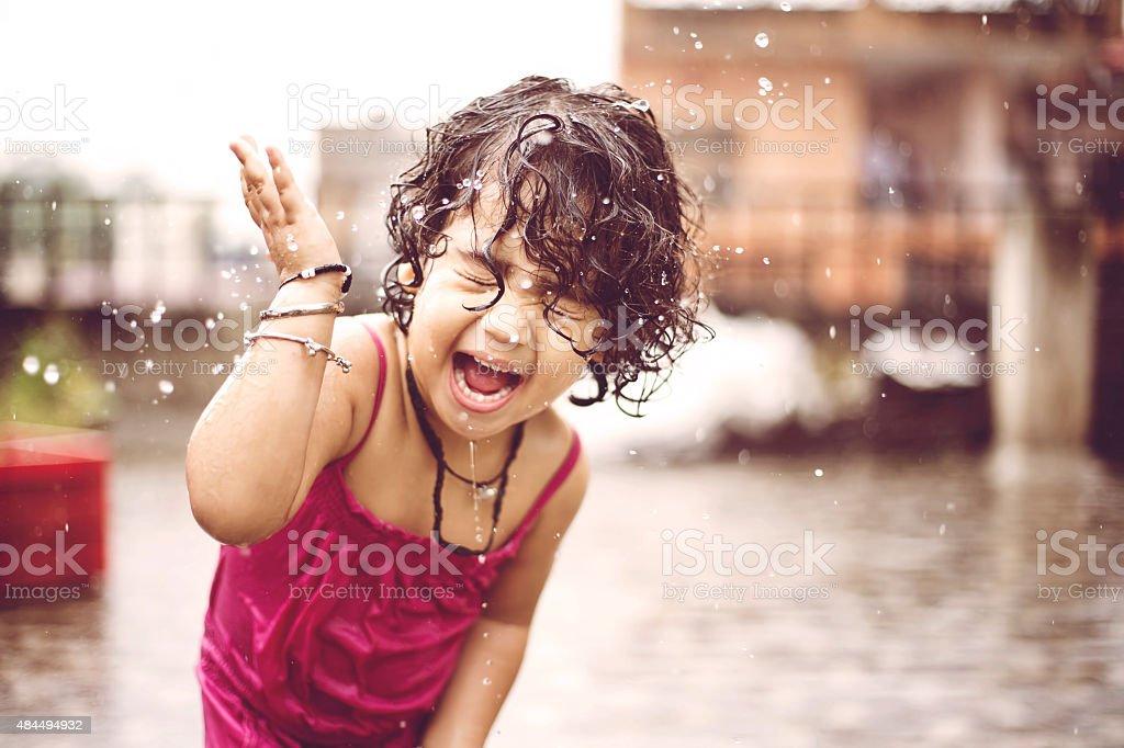 Linda garota desfrutando de chuva pequeno - foto de acervo