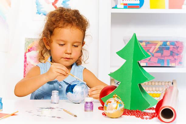 niedliche kleine mädchen farben silvester-ball für xmas tree - weihnachtsbilder zum ausmalen stock-fotos und bilder