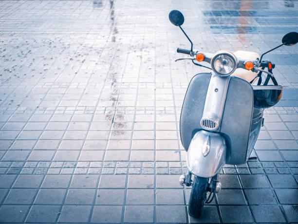 lindo pequeño vespa motos vespa en adoquín - vintage vespa fotografías e imágenes de stock
