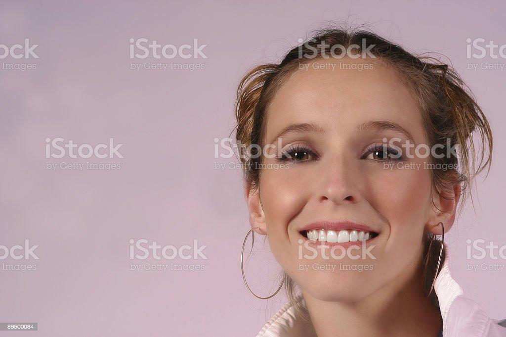 Carino sorriso Mordersi le labbra foto stock royalty-free