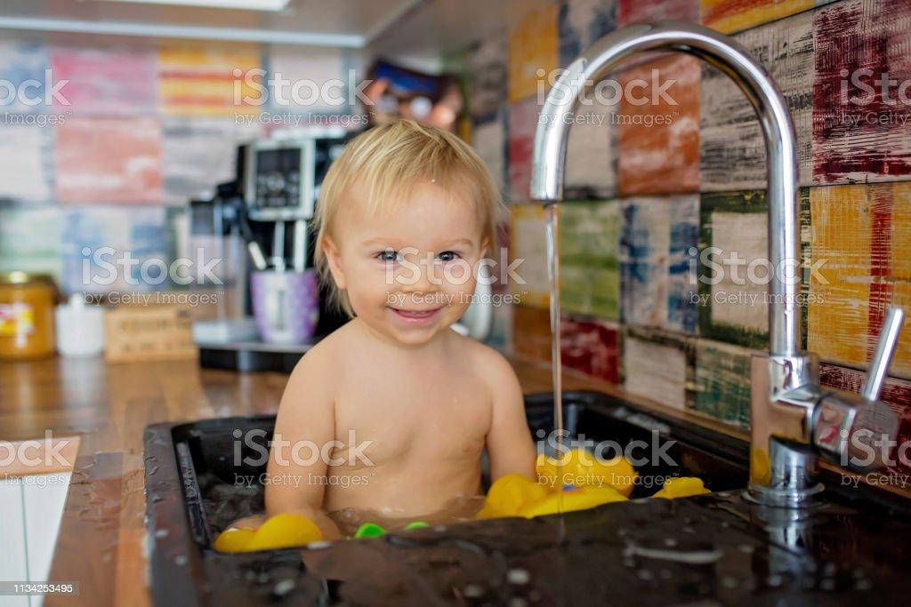 Photo Libre De Droit De Bebe Souriant Mignon Prenant Le Bain Dans