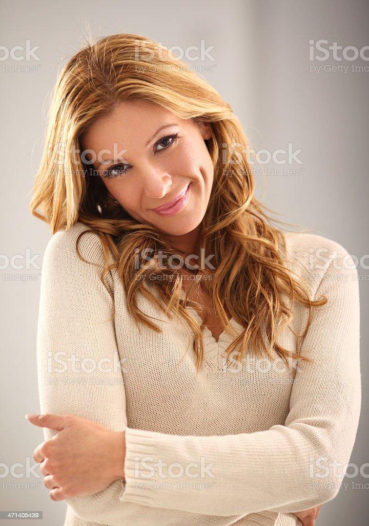 Süß lächelnden blonden im Innenbereich – Foto