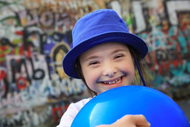 nettes lächeln auf den lippen down-syndrom-mädchen - sprüche kinderlachen stock-fotos und bilder
