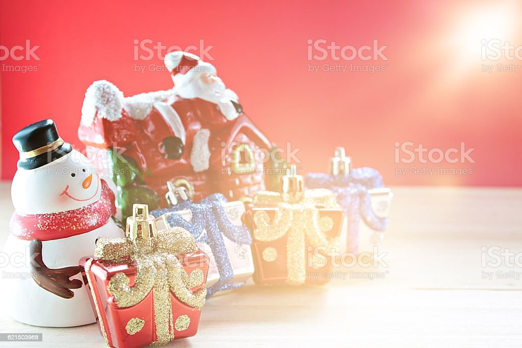 Cute snowman, christmas decorate on wood, red background foto stock royalty-free