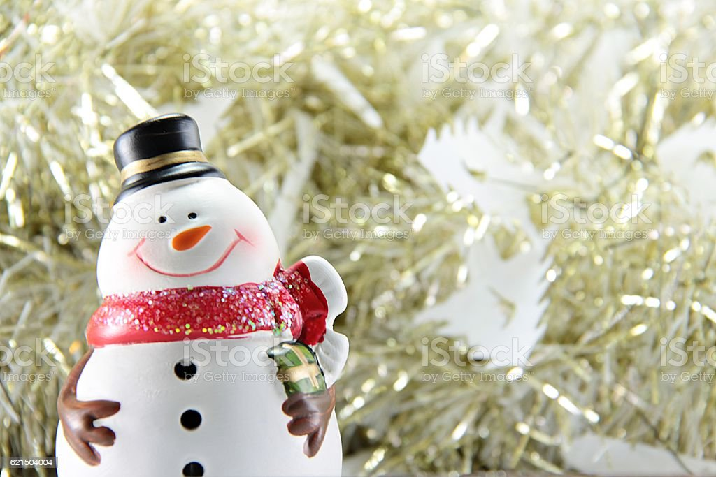 Cute snowman on gold streamer or tinsel background foto stock royalty-free