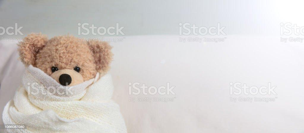 Niedliche Teddy bedeckt mit einer warmen Decke, im Bett – Foto