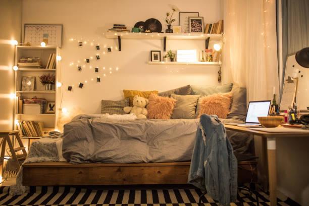 cute teen schlafzimmer - schlafzimmer stock-fotos und bilder
