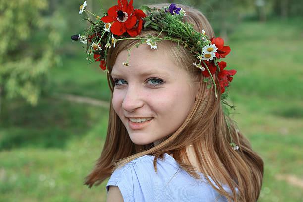 Süße Teenager-Mädchen mit einem Kranz von Blumen Frühling – Foto