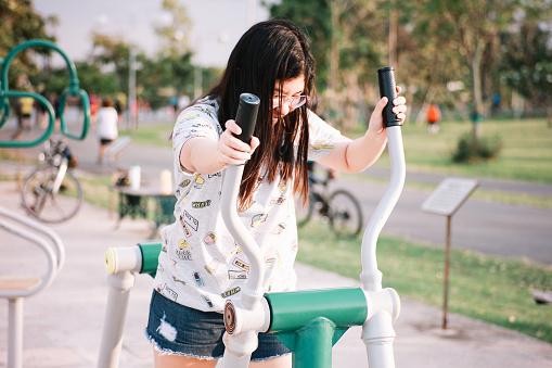 Cute Thai Girl Doing Exercise - zdjęcia stockowe i więcej obrazów Dorosły