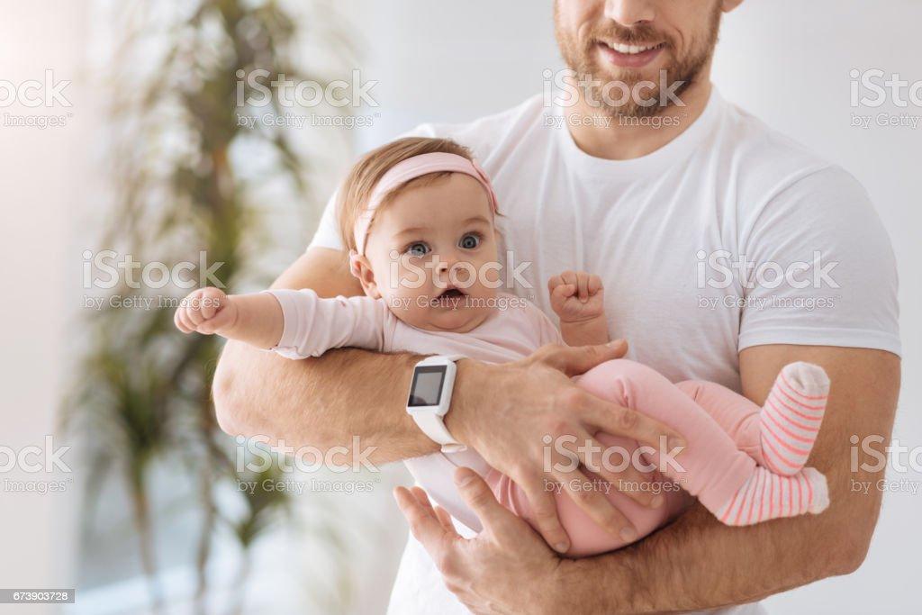 Mignon bébé dans les bras du jeune père photo libre de droits
