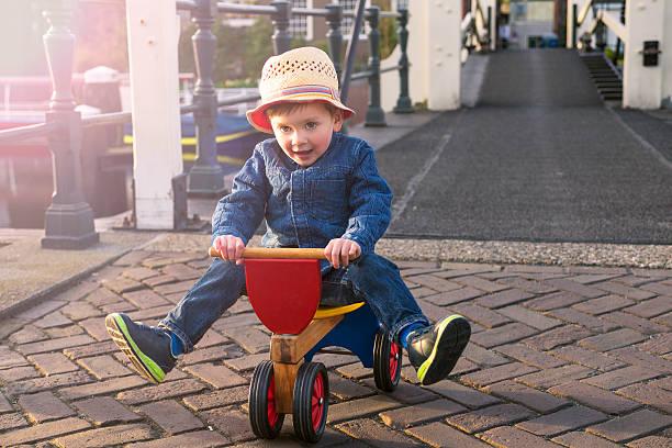Niedliche Kleinkinder auf dem Dreirad – Foto