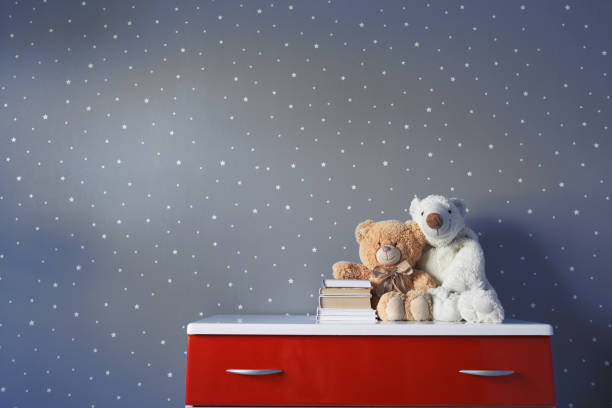 lindo oso de peluche juguete y libros en la mesa - foto de stock