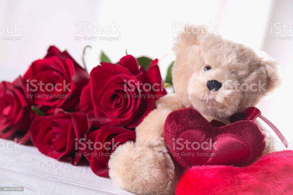 Foto De Urso De Pelúcia Fofo Dia Dos Namorados Com Rosas Vermelhas O Conceito De Amor E Mais Fotos De Stock De Amor