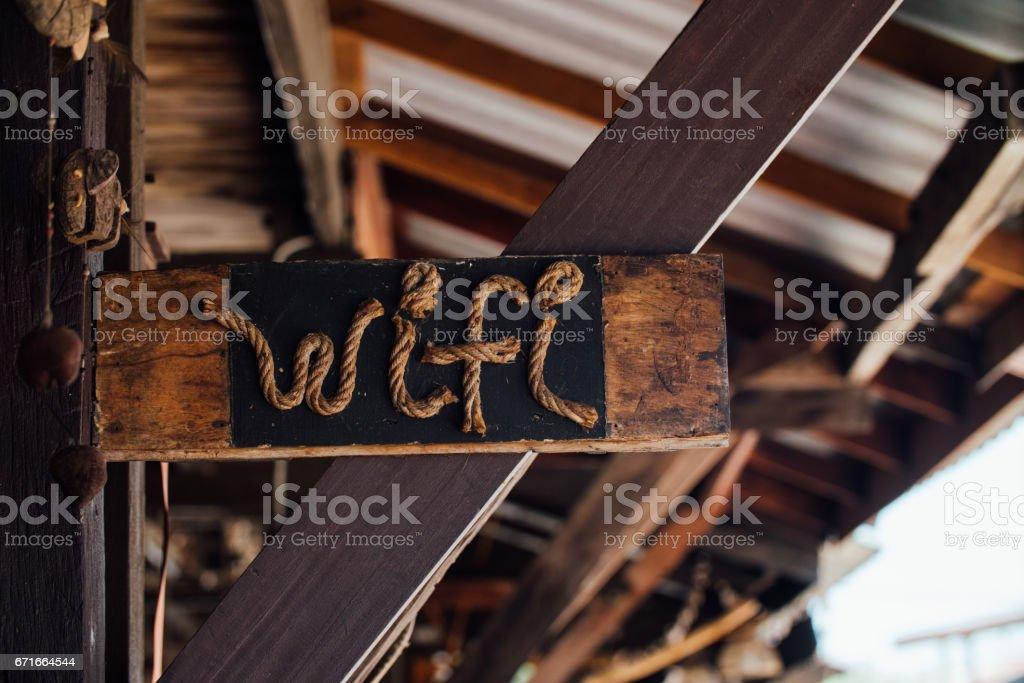 Mignon signe vintage d'une connexion wi-fi à une corde dans une enseigne en bois noire dans - Photo