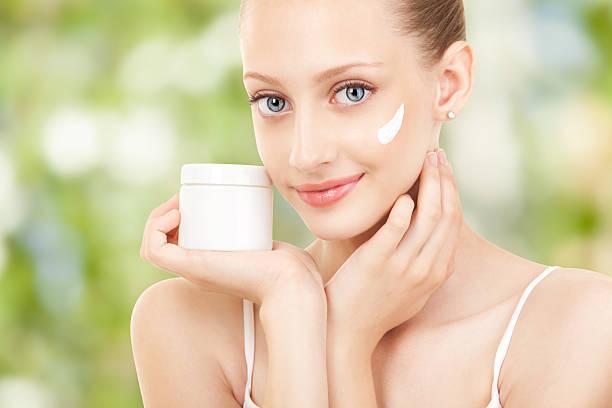 Hübsche Frau Anwendung Creme auf Ihr Gesicht – Foto