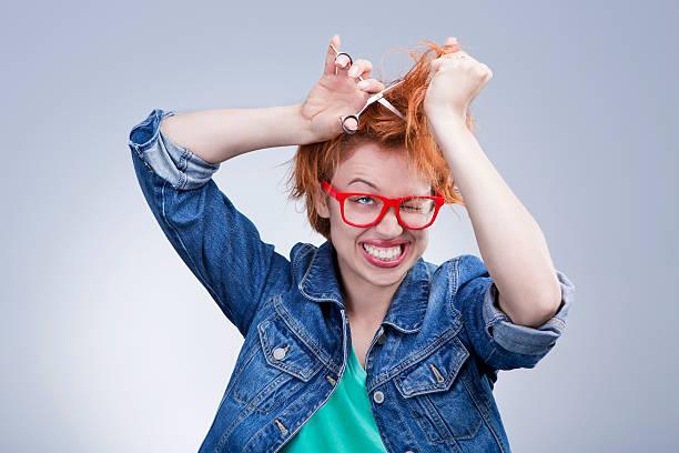 süße frau, die ihr haar schneiden mit schere friseursalon - cut wrong hair stock-fotos und bilder