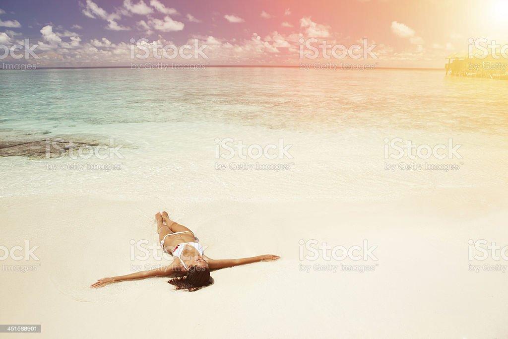 Hübsche Frau entspannende am tropischen Strand – Foto