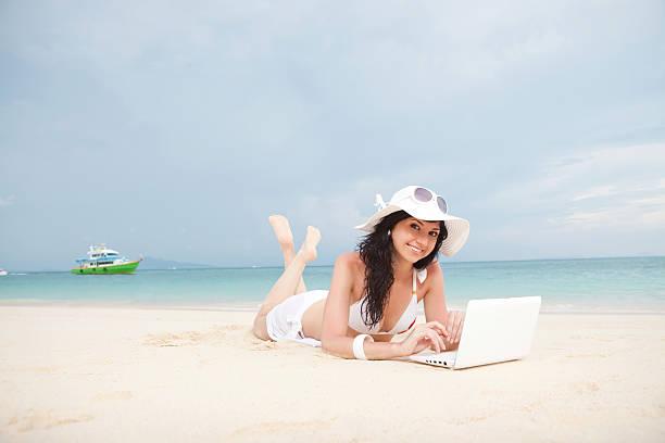 Sexy Frau mit weißen laptop auf dem Sommer Strand – Foto