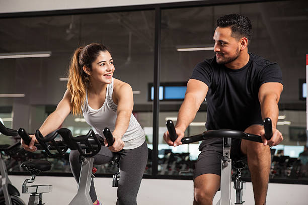 niedlich junges paar flirten im fitnessraum - herumwirbeln frau stock-fotos und bilder