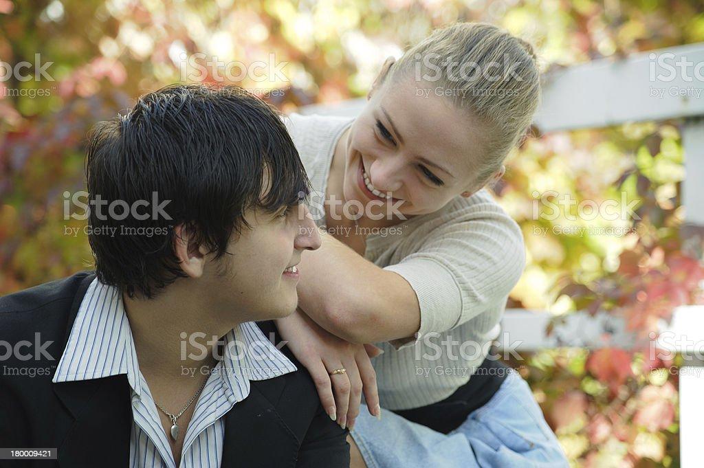 귀여운 젊은 커플입니다 토킹 가든 royalty-free 스톡 사진