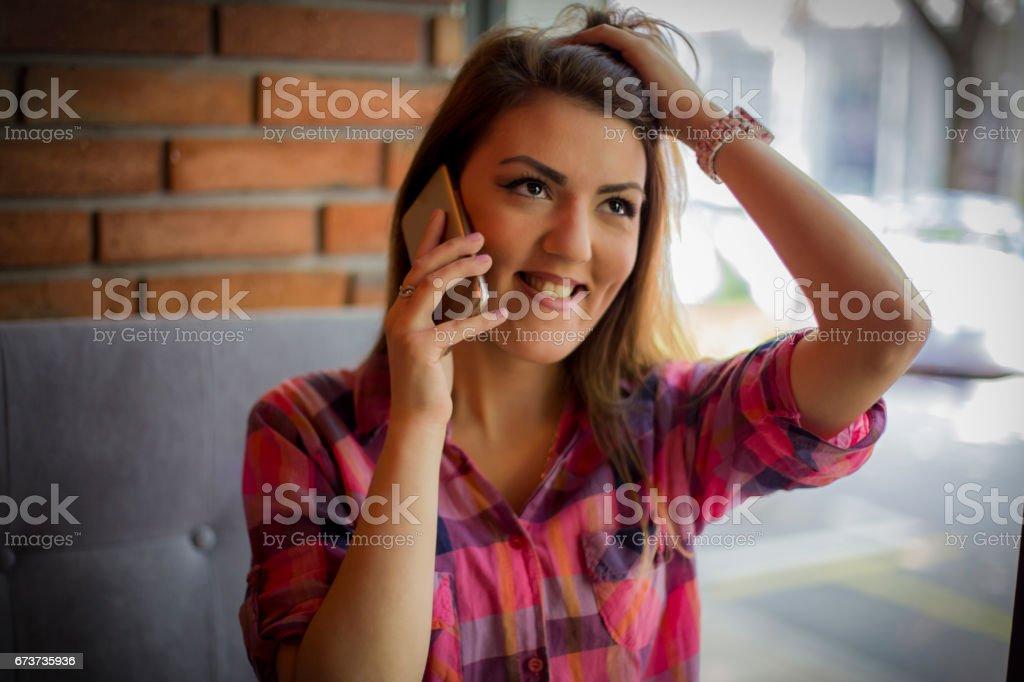 Jolie jeune fille parler sur un téléphone mobile photo libre de droits
