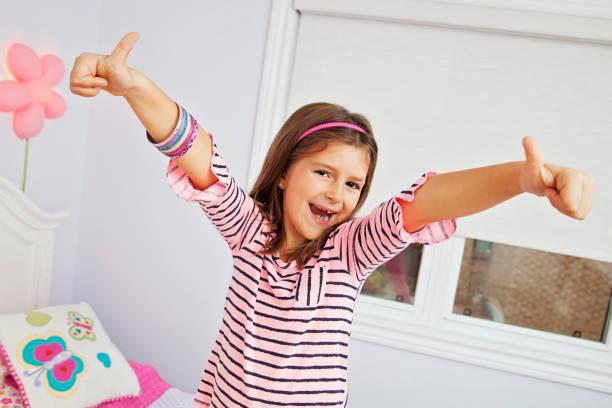 süße junge mädchen mit armbänder - canda armband stock-fotos und bilder