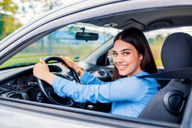 bonito jovem mulher feliz dirigindo carro - carro mulher - fotografias e filmes do acervo