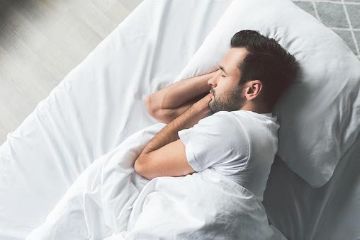 Yatakta Uyuyan Sevimli Genç Adam Stok Fotoğraflar & Adamlar'nin Daha Fazla Resimleri