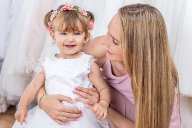 süße junge mutter mit baby girl - hochzeitsspiele eltern stock-fotos und bilder
