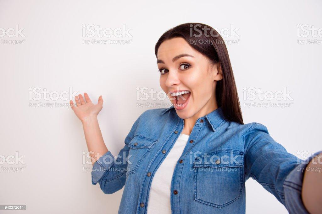 Süße junge lächelnde Frau in Blue Jeans Hemd Selbstporträt und zeigen auf weißem Hintergrund – Foto