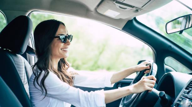 söt ung framgång lycklig brunett kvinna kör en bil - driving bildbanksfoton och bilder