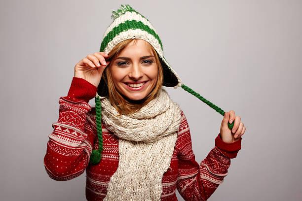 sexy junge frau im winter tragen. - mützenschal stock-fotos und bilder