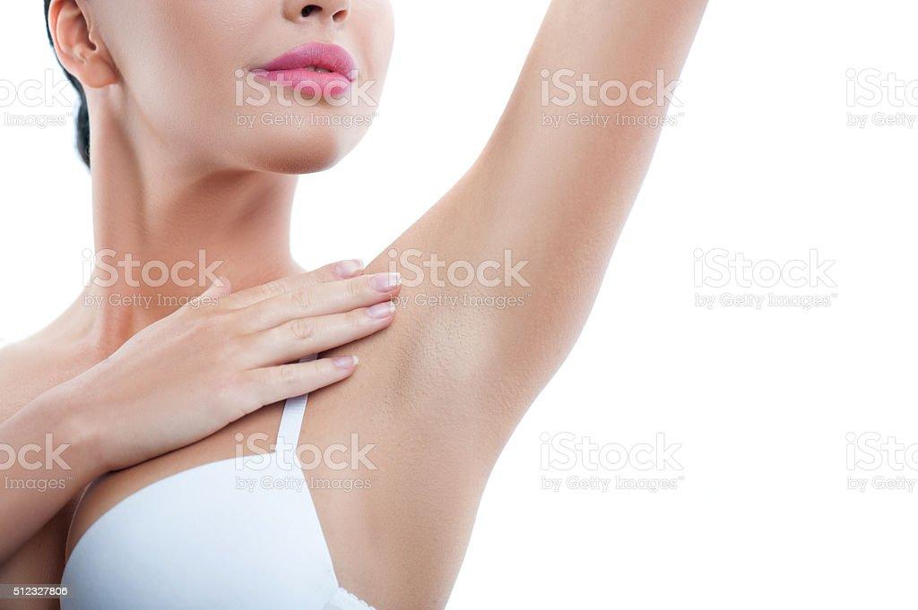 Niedlich junge Frau ist fürsorglich von Ihrer Haut – Foto