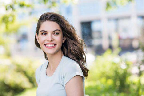 Süße junge Frau Outdoor-Porträt – Foto