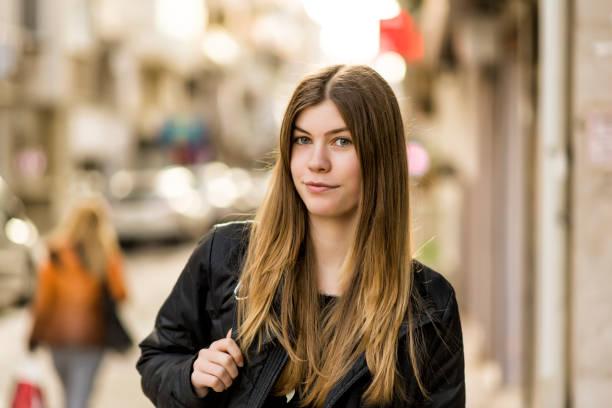 jolie jeune femme - fille 16 ans photos et images de collection