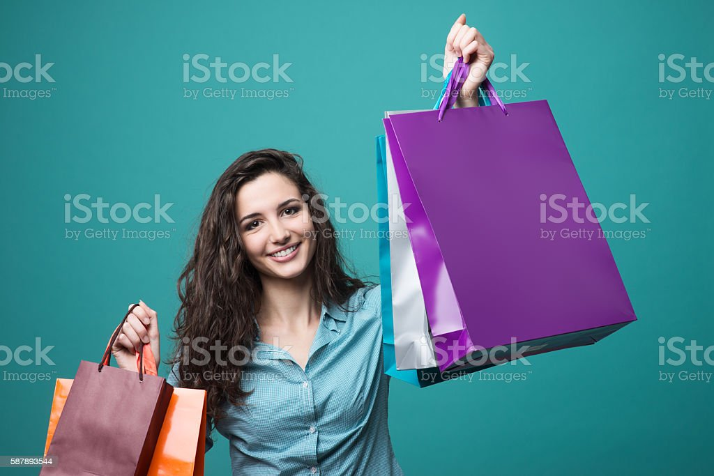Cute young woman shopping - foto de stock