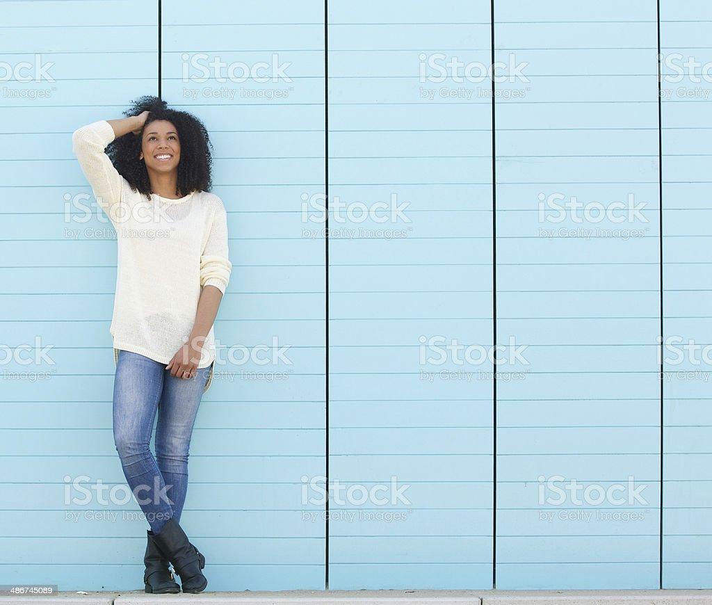 Симпатичная молодая женщина с улыбкой Глядя вверх на открытом воздухе стоковое фото
