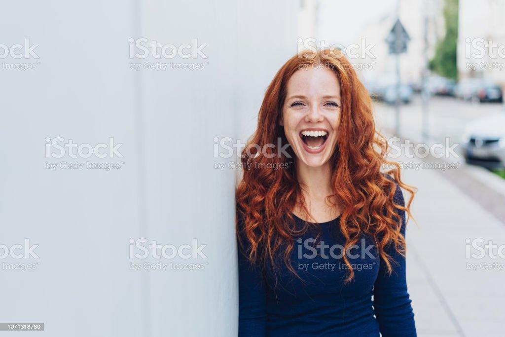 Linda mujer joven con un bonito sentido del humor foto de stock libre de derechos