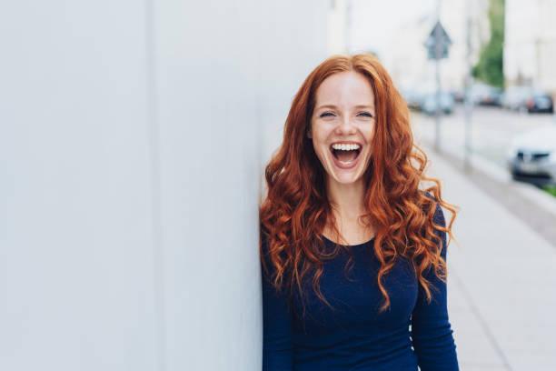 linda mujer joven con un bonito sentido del humor - desafío fotografías e imágenes de stock