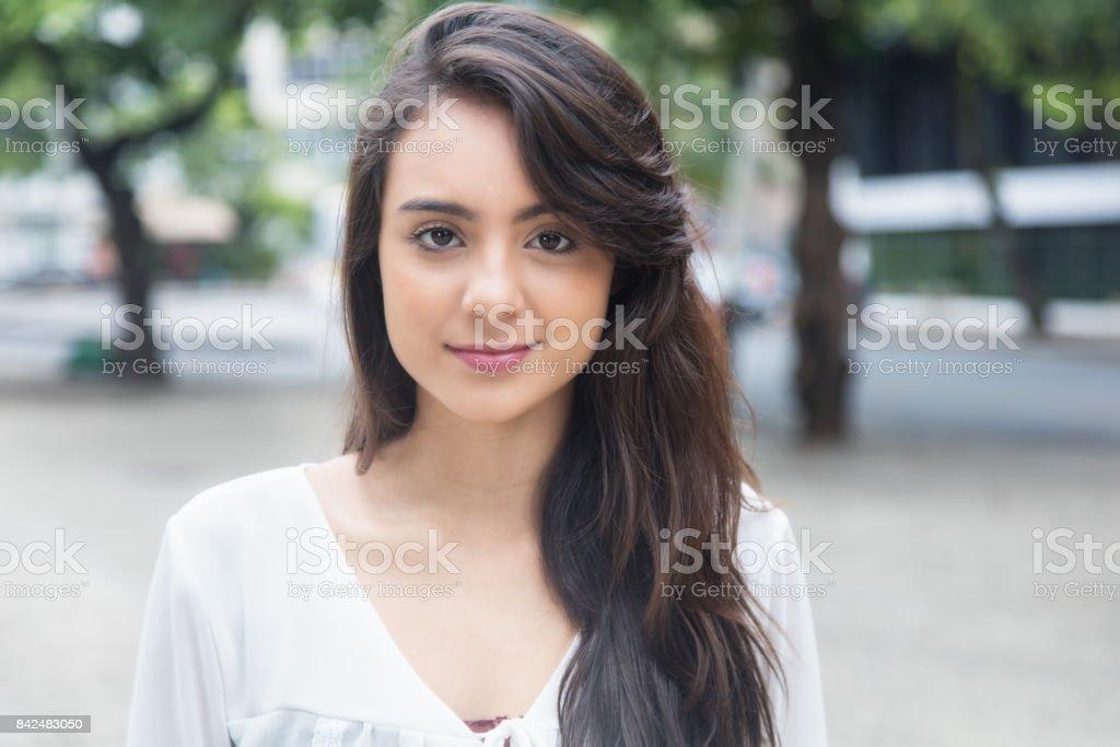 Linda mujer joven con blusa blanca en un parque - foto de stock